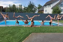 Emma, Luisa, Leonie, Jana, Franziska, Sarina, Maja, Angelina bei einer Poolparty